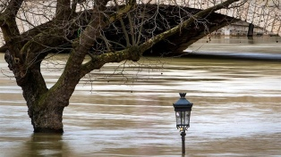 El río Sena alcanza en París su máximo de esta crecida, lejos de la de 2016