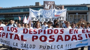Los trabajadores del hospital Posadas reclamaron la reincorporación de los 122 despedidos