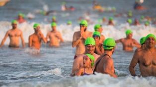 Más de 1500 deportistas nadaron frente a una playa con fines solidarios