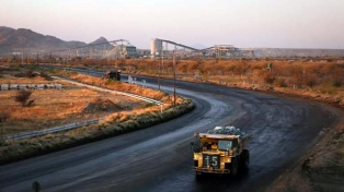 Rescatan a casi mil mineros atrapados en una explotación de oro
