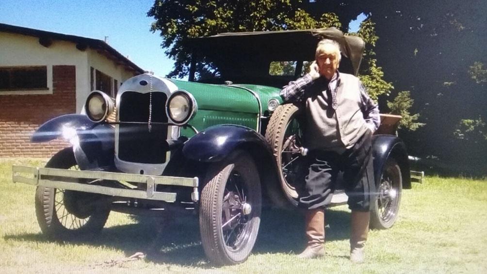 Mi padre de 89 años junto a su ford A 1928 se llevan solo un año.