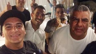 """Tevez celebró su cumpleaños con """"Chiqui"""" Tapia entre los invitados"""