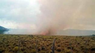 Brigadistas patagónicos intentan controlar un incendio en el Maitén