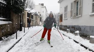 Esquían en las calles de París tras una histórica nevada que causó caos de transporte