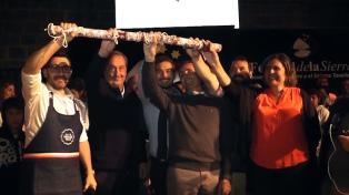Tandil presentó el salame más largo del mundo, que mide 50 metros