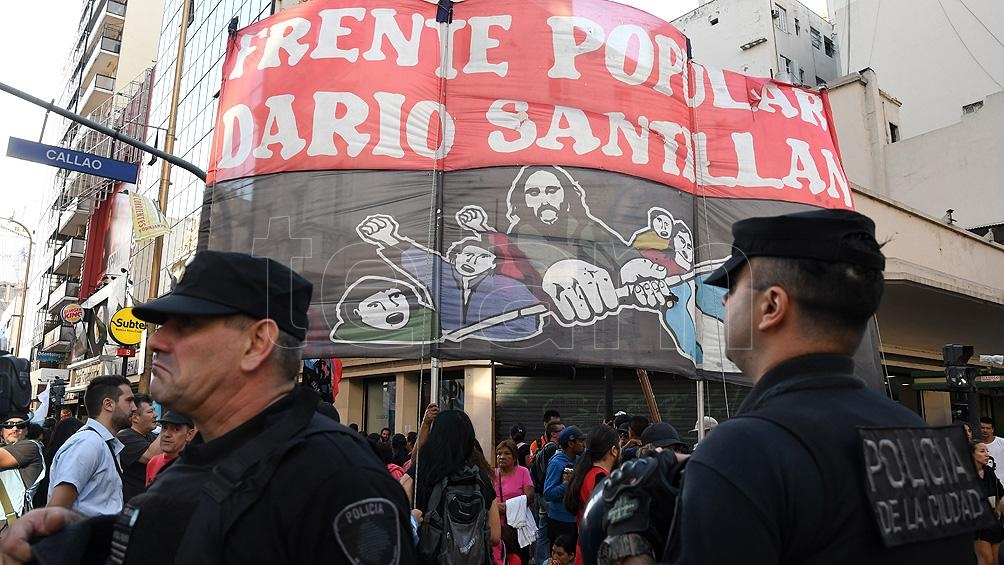 Por una numerosa marcha de organizaciones sociales, el Centro fue un caos
