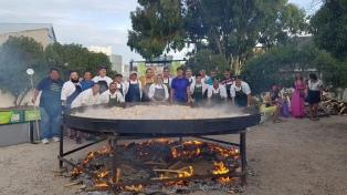 Más de mil turistas degustaron una paella gigante cocinada en Las Grutas