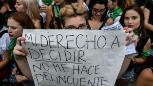 """Masivo """"pañuelazo"""" en el Congreso con la consigna #AbortoLegalYa"""