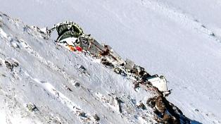 Rescataron los cadáveres de 30 ocupantes del avión accidentado