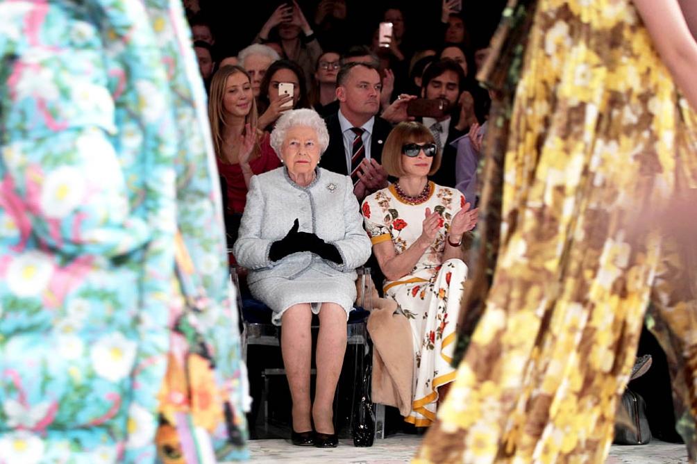Isabel II asiste por primera vez al Fashion Week de Londres