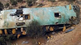 Al menos 43 muertos tras la caída de un micro a un abismo