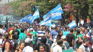 """Gremios y movimientos sociales comenzaron a marchar en """"defensa del trabajo"""""""