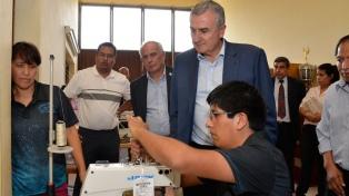 Reinaguraron una cooperativa textil que produce ropa escolar y de trabajo