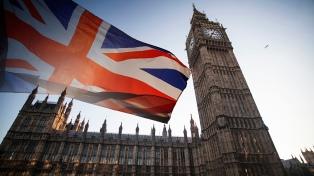 La Unión Europea y Theresa May hacen promesas para salvar el acuerdo del Brexit