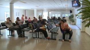 Ciudadanos debaten sobre la gratuidad de la atención médica a extranjeros en hospitales públicos
