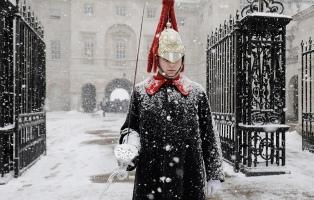 Londres amaneció cubierta de nieve y hay caos en el transporte