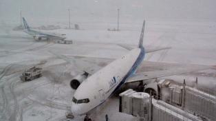 Cientos de vuelos y trenes cancelados por alerta de tormentas de nieve