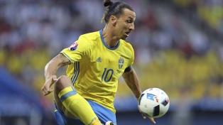 Una estrella de Suecia mira de reojo la Copa del Mundo