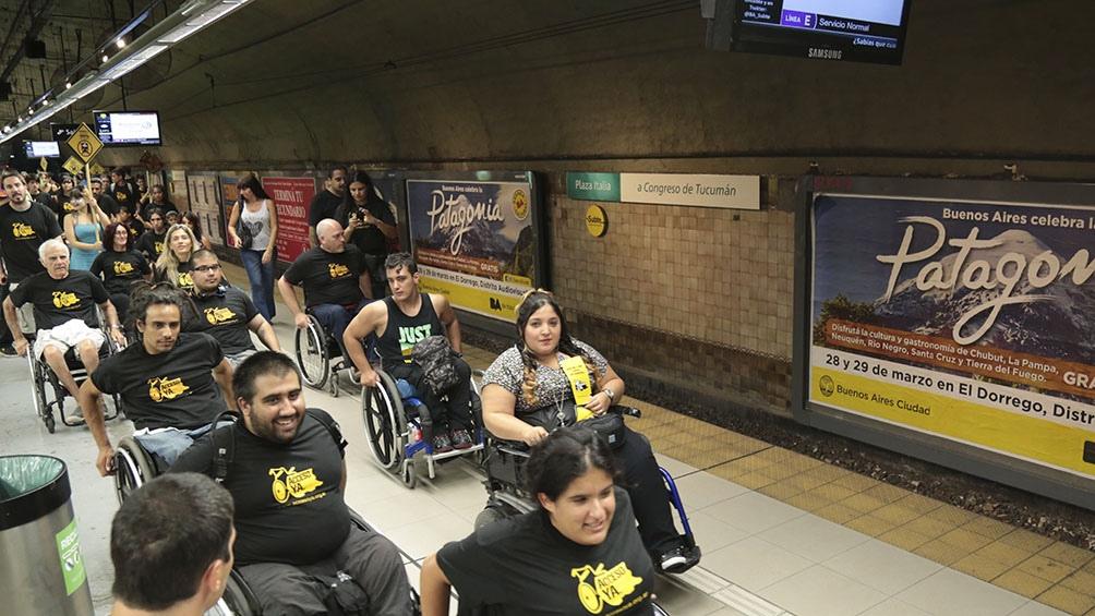 Protesta de la ONG Acceso Ya para exigir una mayor accesibilidad en el subte.