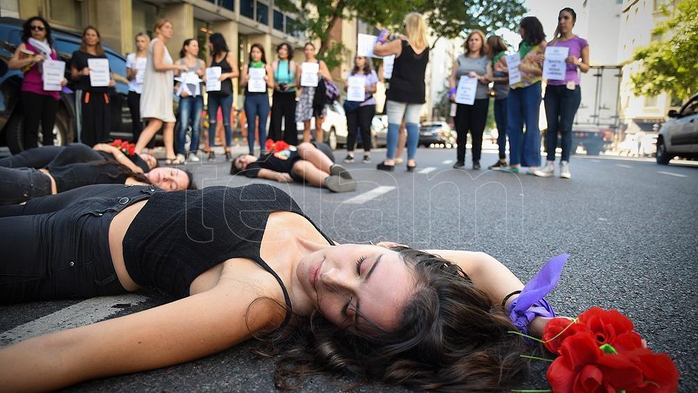 Mujeres trabajadoras de prensa de la Agencia Télam y el diario Página/12 realizaron un ruidazo a las 11 de la mañana para visibilizar la lucha y los reclamos.