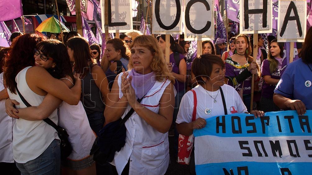Las enfermeras despedidas del Hospital Posadas se manifestaron en el Obelisco, junto a las despedidas de Ferrobaires y Pepsico, Ministerio de Hacienda, tercerizadas de Latam en conflicto y organizaciones de mujeres y referentes del feminismo.