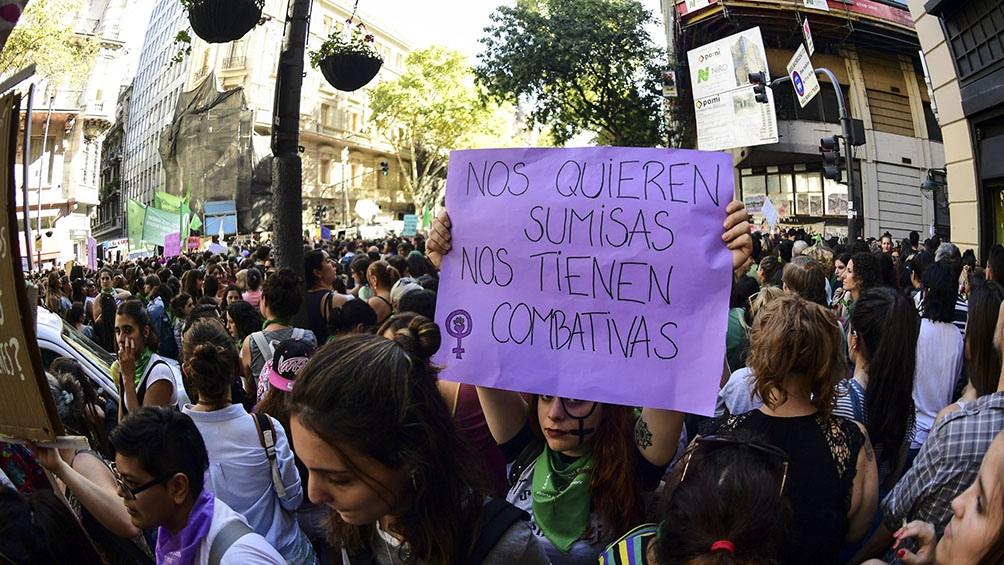 Uno de los carteles en tono violeta, con consignas de rebeldía.