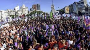 Masiva marcha a Plaza de Mayo contra la violencia y el aborto