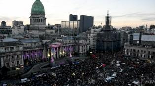 """Una multitud marchó al Congreso por el aborto legal y contra la """"violencia machista"""""""
