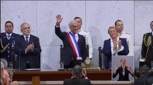 Piñera recibió los atributos del mando de parte de Bachelet y ya es presidente