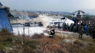 Al menos 49 muertos al estrellarse un avión en el aeropuerto de Katmandú