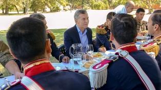 Macri almorzó con efectivos del Regimiento de Granaderos a Caballo