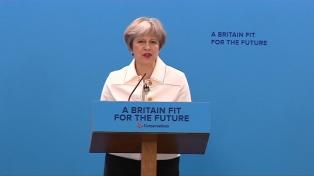 """La primer ministra británica pidió a Trump suspender los """"injustificables"""" aranceles al acero y aluminio"""
