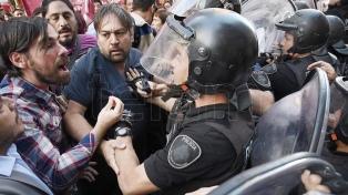 Tensión en la marcha de trabajadores del Posadas en reclamo por despidos