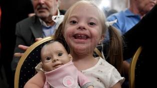 Presentaron a Oli, una muñeca creada para fomentar la diversidad