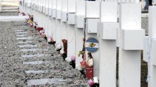 """""""Mis chicos ya descansan en paz"""", dijo el oficial inglés que enterró a los soldados argentinos"""
