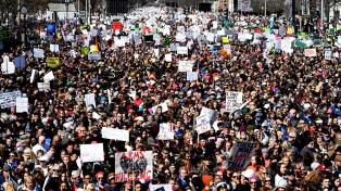 Cientos de estudiantes y docentes marchan contra las armas