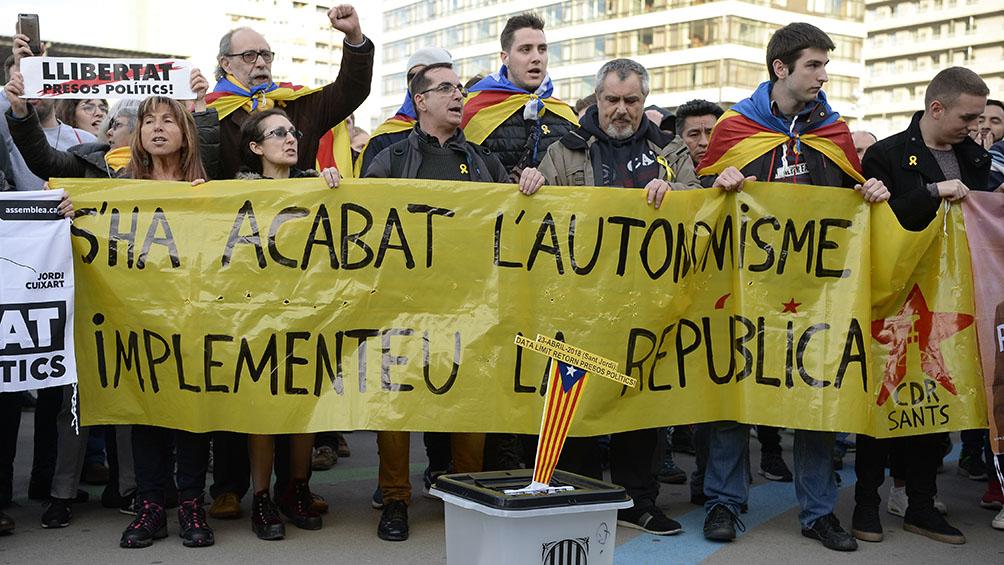 Masiva manifestación contra penas a líderes secesionistas y la represión
