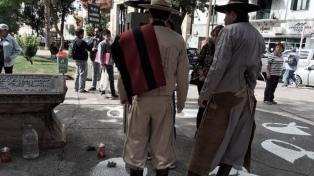 Polémica por pintadas de pañuelos blancos en torno al monumento de Güemes