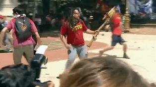 El defensor del acusado de disparar un mortero en la marcha contra la reforma previsional dice que seguirá prófugo