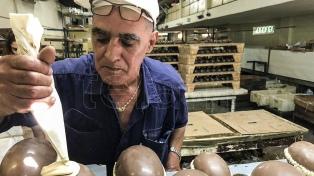 Una larga fila por tercer día consecutivo para comprar huevos de pascua por solidaridad