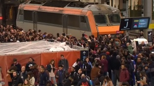 Los ferroviarios franceses ponen a prueba a Macron con una huelga masiva