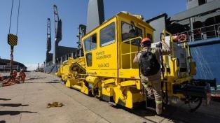 Llegaron al puerto de Buenos Aires equipos para el mantenimiento de vías ferroviarias