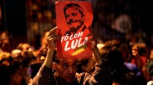 Miles de manifestantes apoyan a Lula antes de ser capturado para cumplir su condena