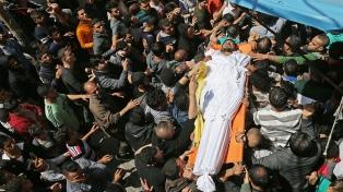 Ejército israelí mató a un palestino y hiere a decenas en protestas en la frontera