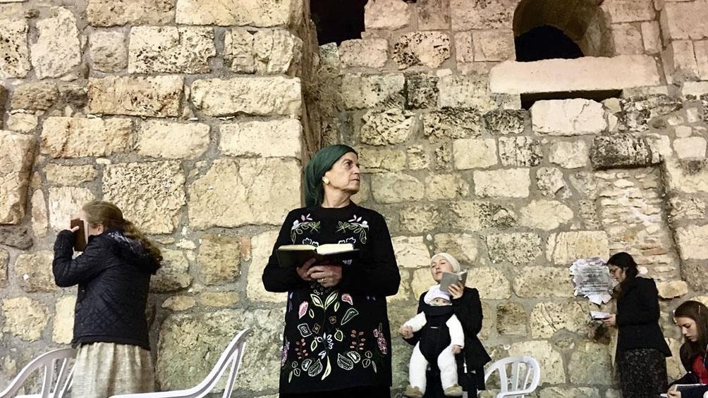 EL MURO DE ELLAS. Las mujeres rezan y piden a un lado del Muro donde los hacen los hombres.