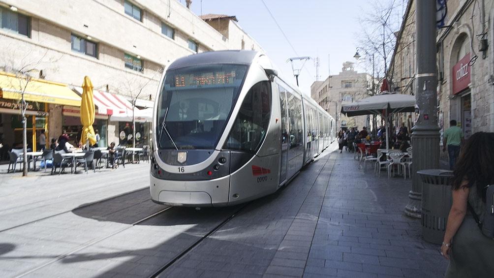 ULTRA MODERNO. El tren que va de punta a punta la ciudad de Jerusalén: eléctrico, cómodo, confortable y barato.