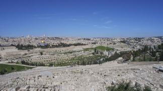 VALLES Y SIERRAS. En este escenario Jesús inició al cristianismo: la foto está tomada desde el Monte del Sermón.