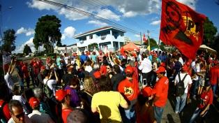 Barrabravas agreden a campesinos en un acampe a favor de Lula