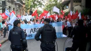"""Organizaciones contra el aborto presentan el pañuelo celeste """"provida"""" en el Congreso"""