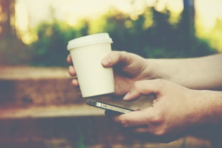 Una tradicional cadena británica deja de usar descartables y regala café a quien lleve su taza